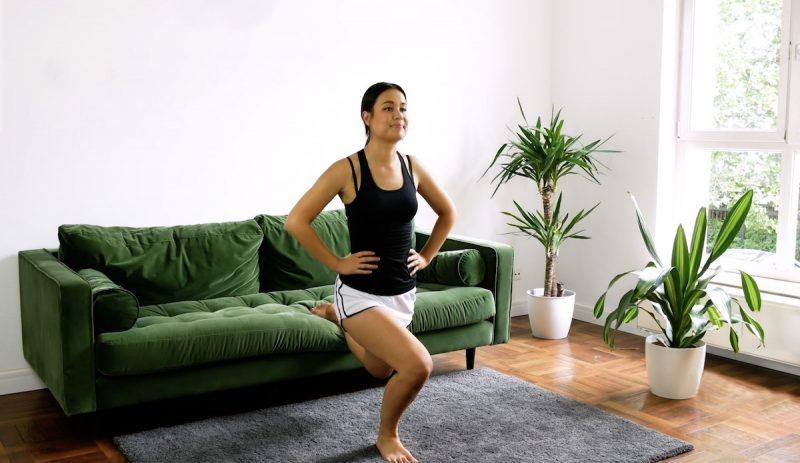Debout, dos au canapé, posez un pied sur l'assise et pliez le genoux d'appui. Répétez 10 fois par jambe.