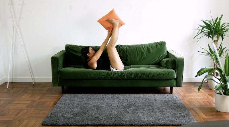 Allongez-vous sur le canapé, sur le dos. Prenez un oreiller entre vos mains, puis placez vos bras et vos jambes au-dessus du centre de votre corps et serrez l'oreiller entre vos pieds, puis baissez vos bras et vos jambes. Faites cet exercice pendant 30 secondes.