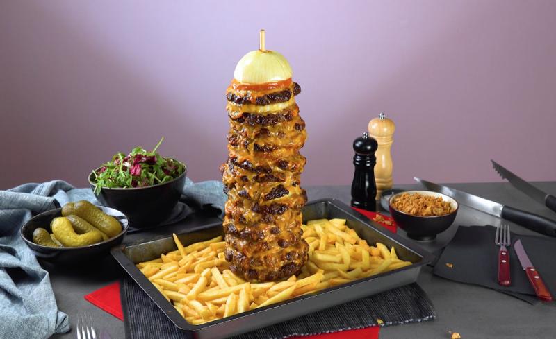 Burger kebab avec ses frites cuit au four et prêt à être dégusté