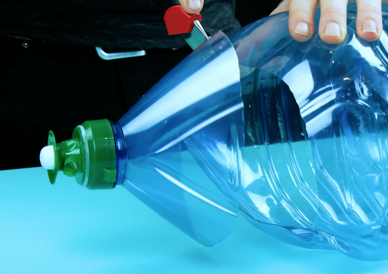 couper la partie supérieure d'une grosse bouteille en plastique