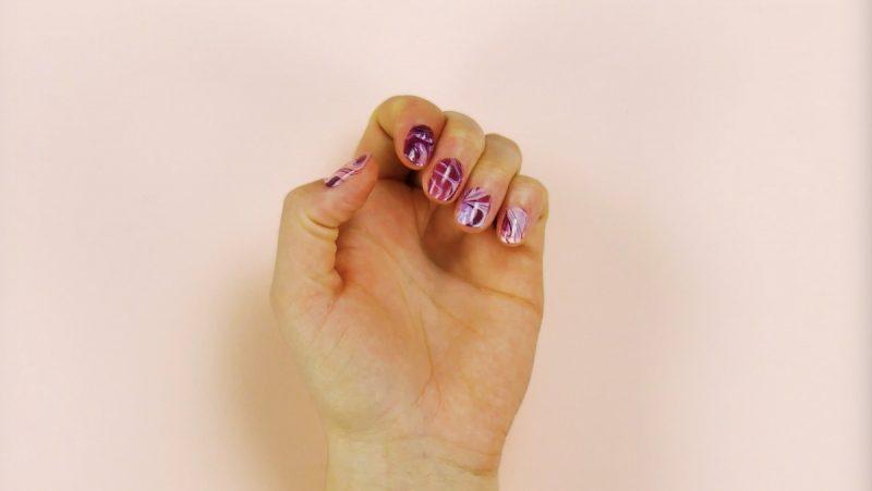 vernis à ongles multicolore terminé