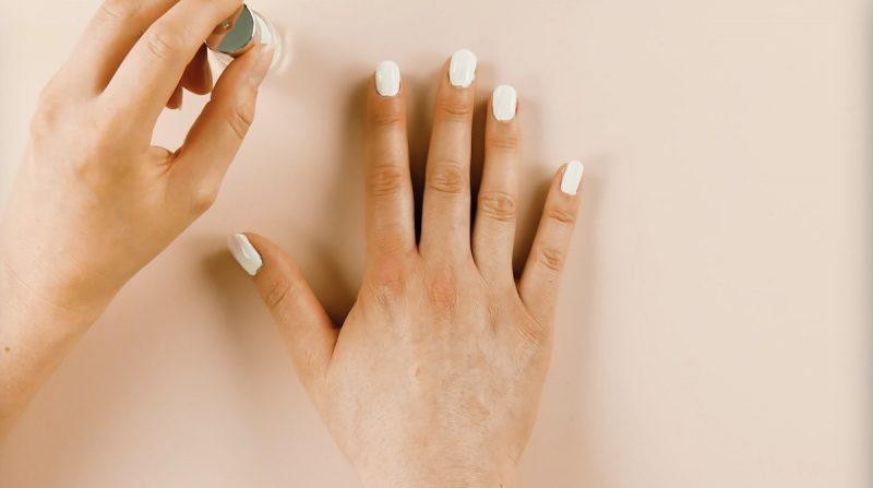 pose de vernis à ongles blanc sur les ongles