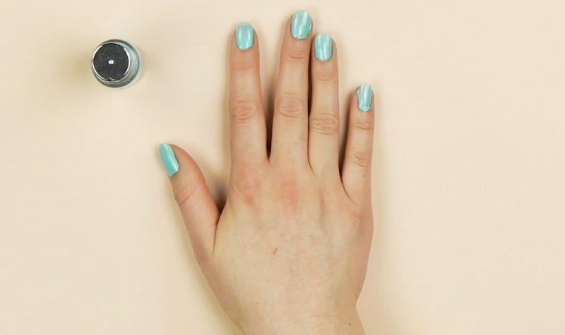 application du vernis à ongles bleu clair
