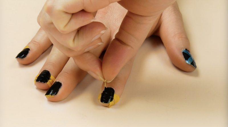 retirer les bandes de ruban adhésif des ongles après avoir appliquer la couche plus foncée de vernis