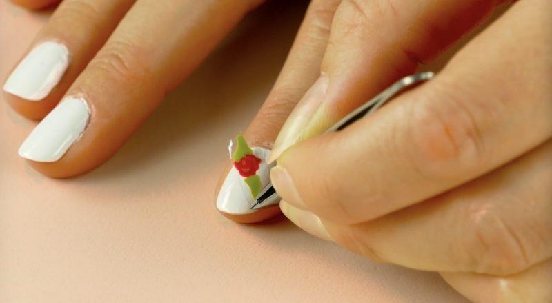 fleur de vernis déposée sur un ongle pour le décorer
