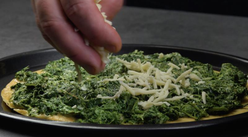 omelette aux épinards saupoudrée de mozzarella