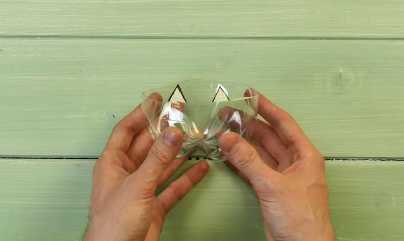 le fond d'une bouteille en plastique avec des triangles dessinés dessus