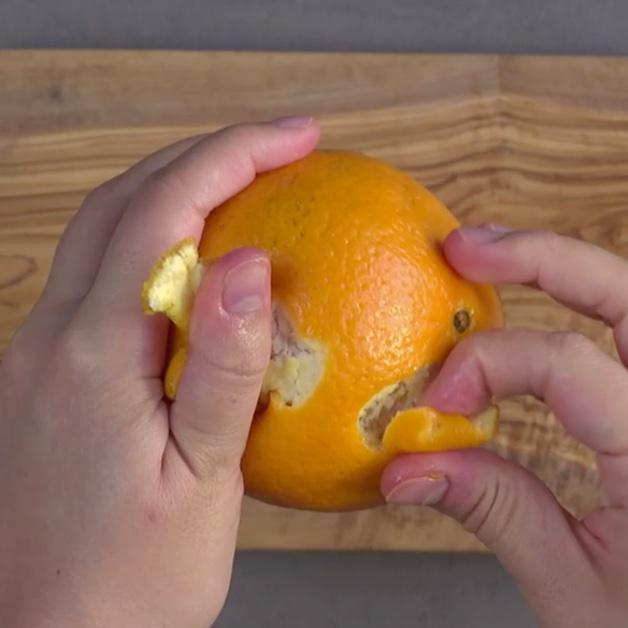 Peler une orange avec les mains