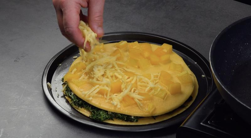 omelette aux poivrons jaunes saupoudrée de fromage
