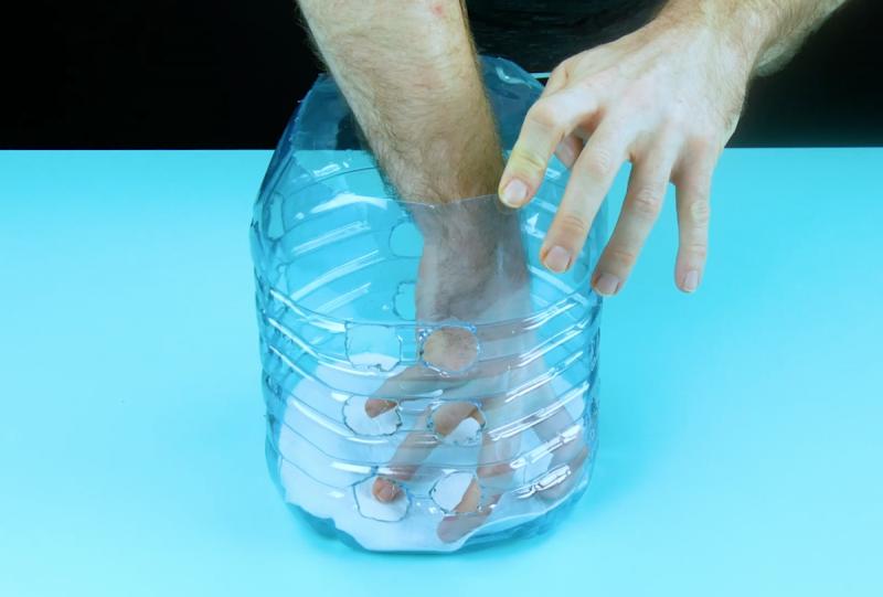 Mettre un morceau de feutre dans le fond de la bouteille en plastique