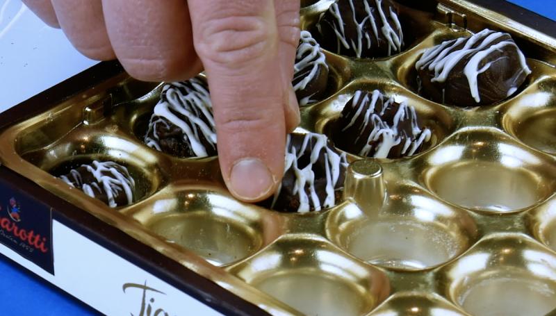 remplir une boîte de chocolat avec de faux chocolats