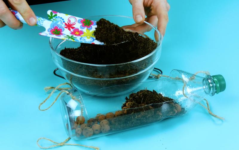 Mettre les billes d'argile et le terreau dans les bouteilles en plastique