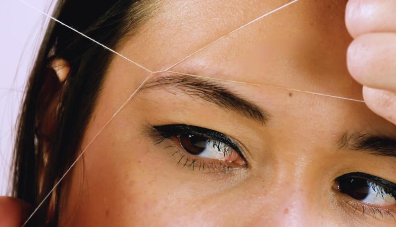 épilation des sourcils avec un fil
