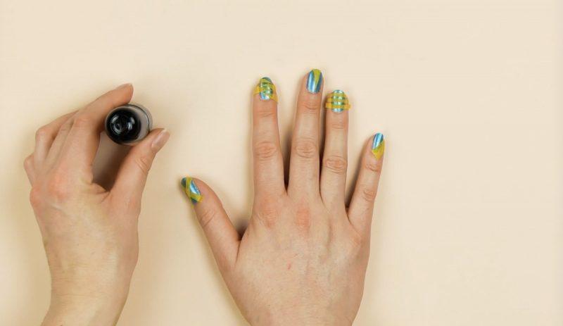 mettre bandes de ruban adhésif de largeurs différentes sur les ongles