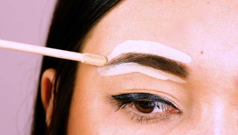 tracer les contours des sourcils avec de l'anti-cernes