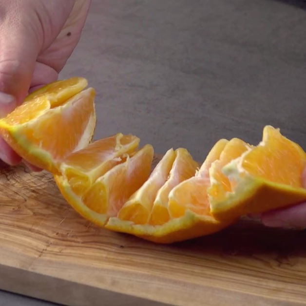 Dérouler l'orange pour que les morceaux se détachent