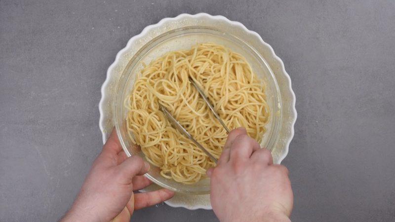 spaghettis mélangés aux oeufs, au parmesan et à l'huile d'olive