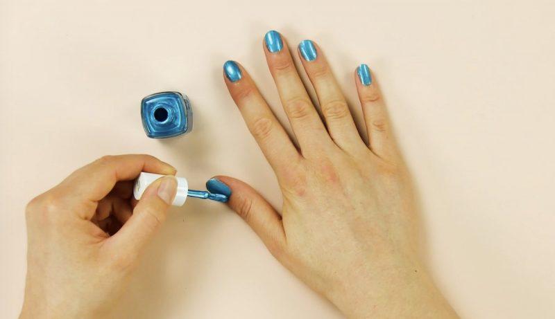 vernis à ongles bleu clair appliqué sur les ongles