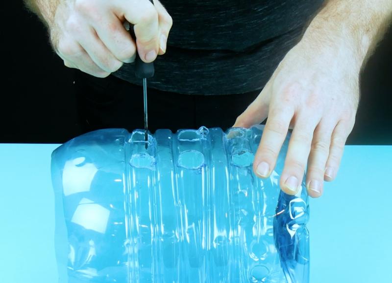 Faire des trous au tournevis chaud dans la bouteille en plastique