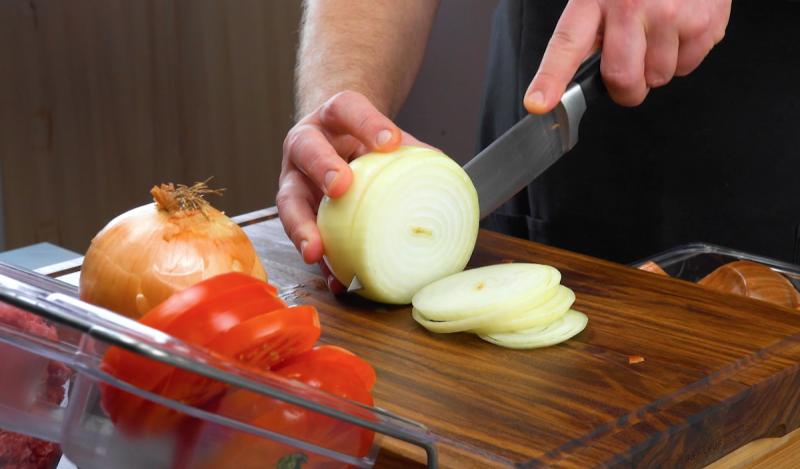 Préparation oignon pour le buger kebab