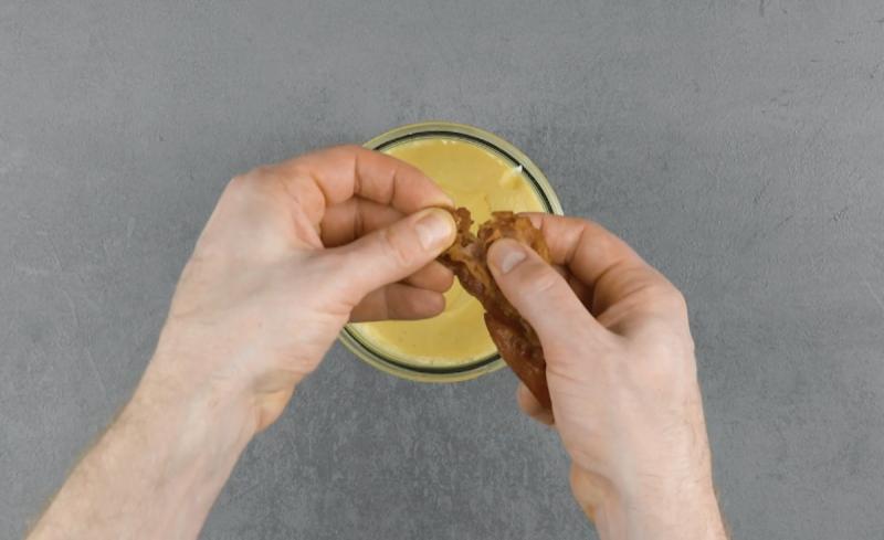 ajouter le bacon en morceaux dans le mélange de sauce