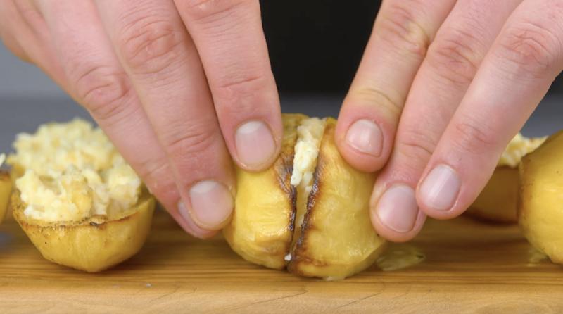 deux moitiés de pommes de terre collées ensemble