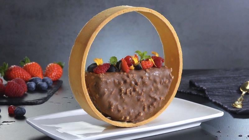 parfait au chocolat dans un anneau terminé avec des baies