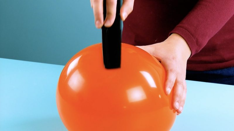 frotter un peigne contre un ballon