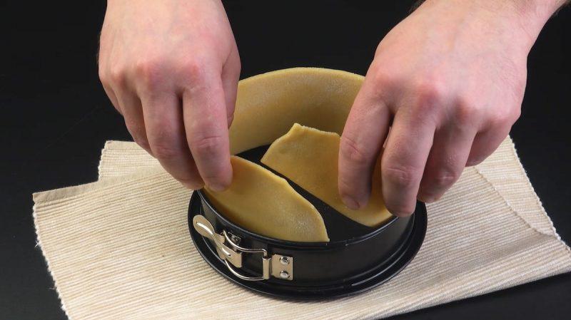 mettre la pâte dans un moule à charnière