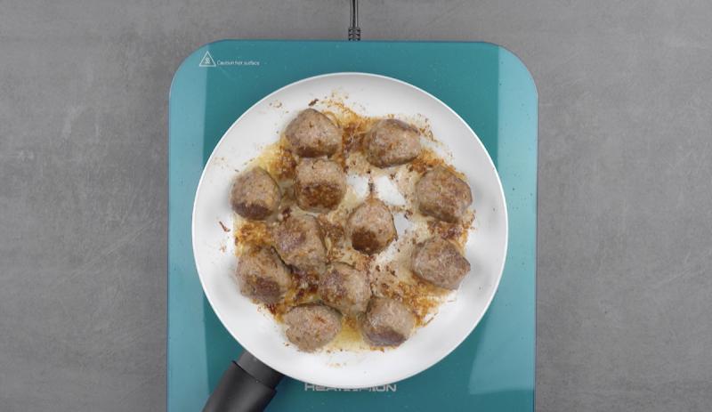 boulettes de viande dans une poêle