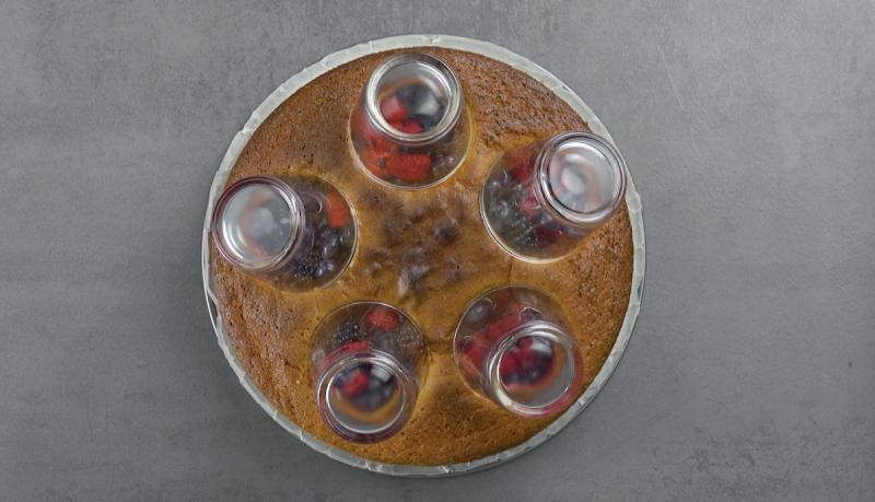 mettre les verres sur les trous du gâteau aux fruits rouges