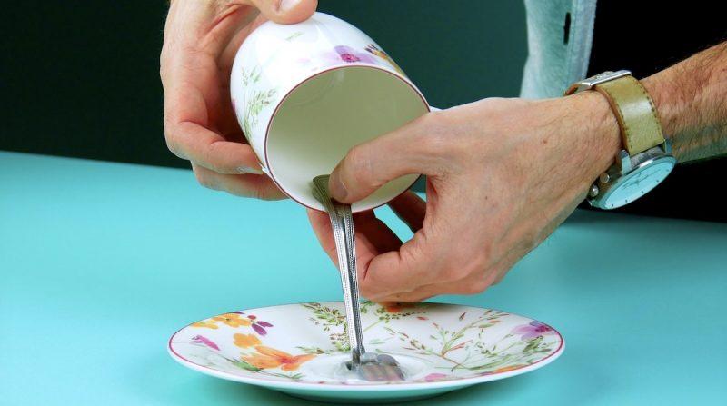 tasse collée sur le manche de la fourchette elle-même collée à la soucoupe