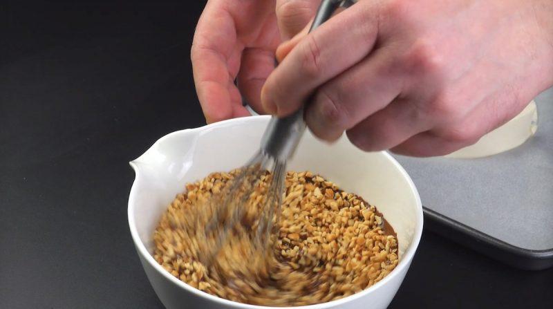 mélanger les amandes hachées et le chocolat fondu