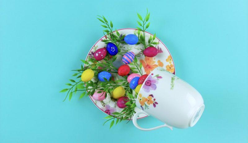 ajout des œufs de Pâques sur la décoration flottante