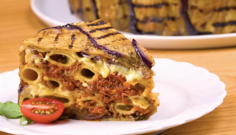 une part de gâteau d'aubergines et rigatoni