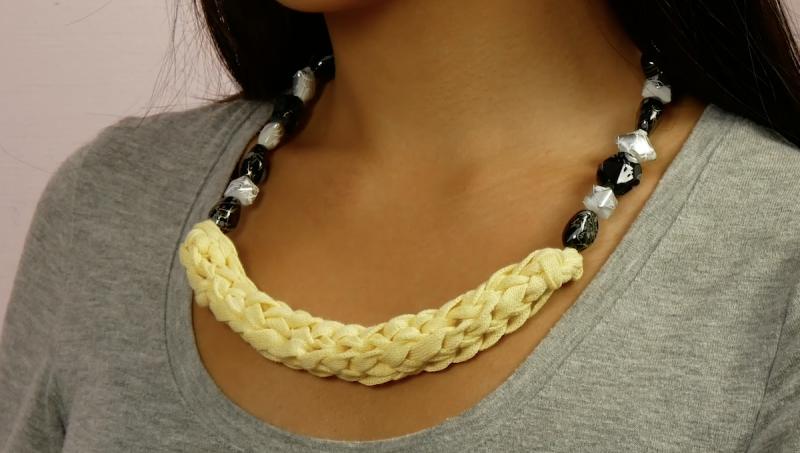 collier en laine fabriqué à partir de papier toilette
