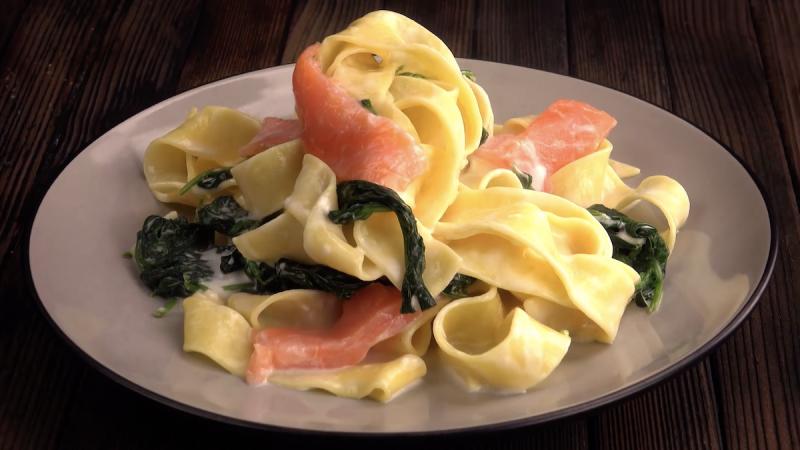 assiette de tagliatelle au saumon et épinards