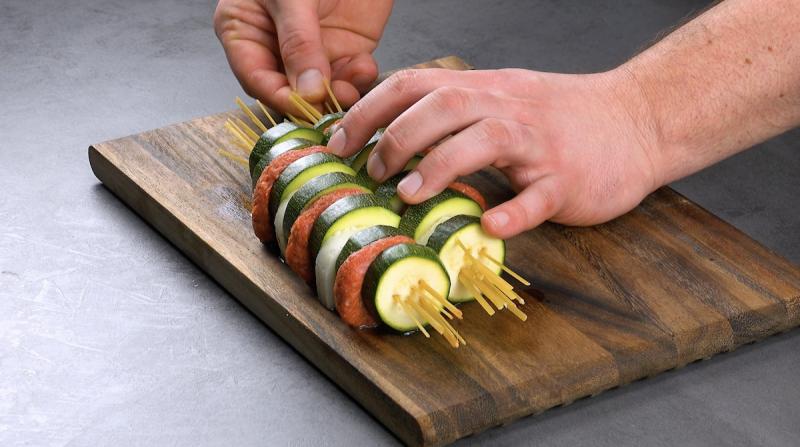 embrocher la courgette, le halloumi et la viande hachée avec des pâtes crues