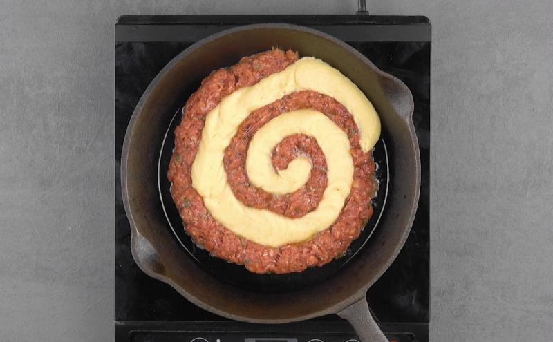 spirale de viande et purée dans une poêle