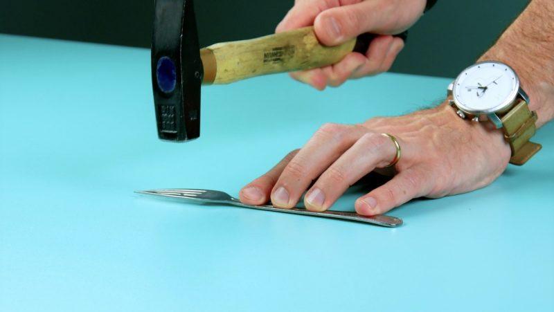 fourchette aplatie avec un marteau