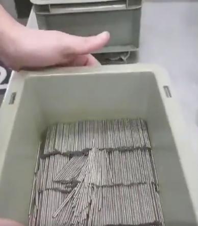clous bien alignés dans une boîte