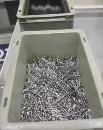clous en fouillis dans une boîte