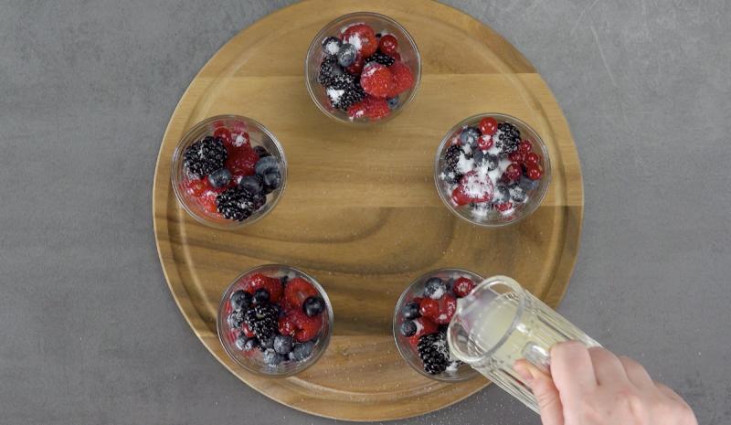 verres remplis de fruits rouges, sucre et jus de citron