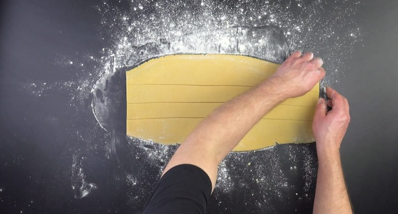 étaler la pâte et découper 4 bandes identiques