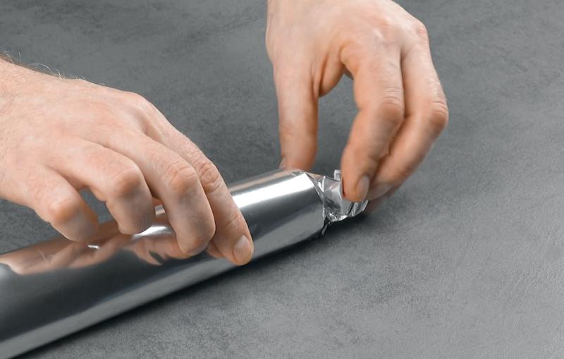 mettre du papier aluminium autour d'un rouleau de papier toilette
