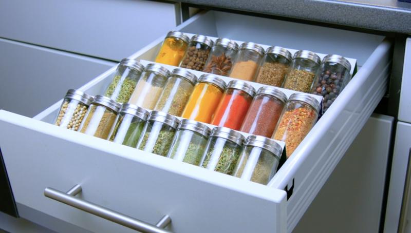 rangement épices dans un tiroir de la cuisine