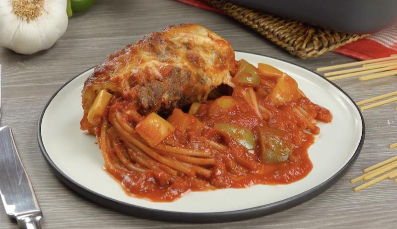 version pâtes bolognaise avec poignée de spaghettis dans un rouleau de viande hachée avec de la sauce tomate