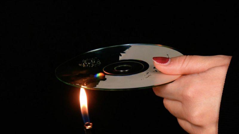 mettre le cd au dessus d'une flamme