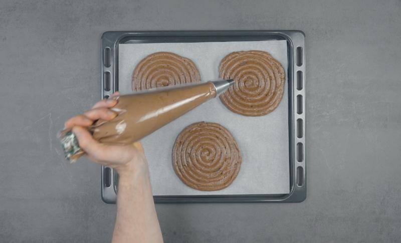 3 spirales en chocolat sur plaque à pâtisserie