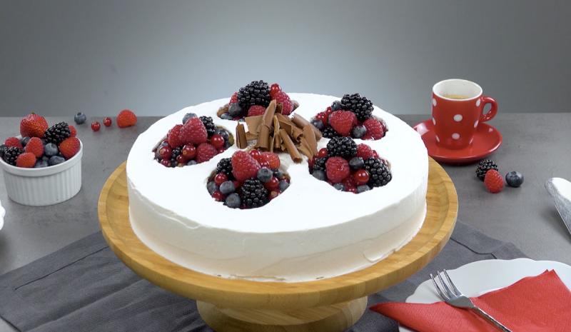 Gâteau aux fruits rouges à base de biscuits, gelée et crème de fromage terminé